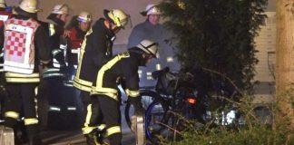 Einsatzkräfte löschen Glutreste ab Bild: Alle Rechte vorbehalten Videonews24.de