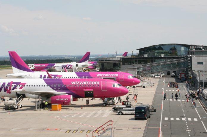 Flieger auf dem Vorfeld / Quelle: https://cdn0.scrvt.com/airportdtm/public/airportdtm/176375759aced214/9ee6882ddaa971ec57bc030f5f7d8271/DTM-WizzAir-Flieger-auf-dem-Vorfeld.jpg