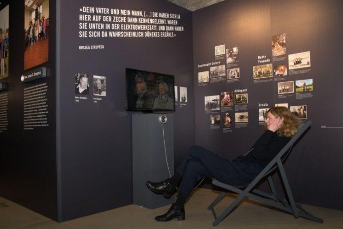 Hinsetzen, zuschauen und zuhören: Mit Bild, Ton und Erinnerungsstücken erzählt die Ausstellung die Geschichte von acht Familien. Bild: LWL/Hudemann