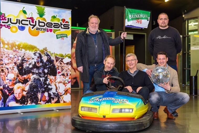 V.l.: Paul Baranowski (Verein Upop), Carsten Helmich (Festival-Direktor), Andreas Thielemann (Brinkhoffs No. 1), Niclas Meier (Jugendamt), und Adrian Kels (FH Dortmund) freuen sich über die neuen Auto-Scooter. Bild: Dortmund-Agentur / Roland Gorecki