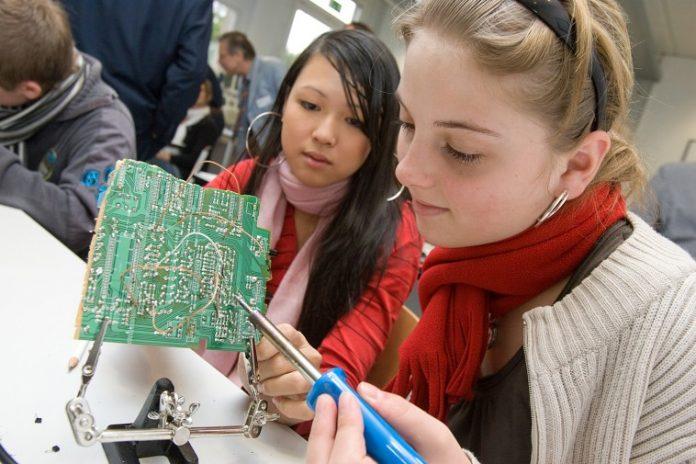 Tüfteln mit Technik: Im KItz.do lernen Schüler einen Computer auch von innen kennen. Bild: Kitzdo