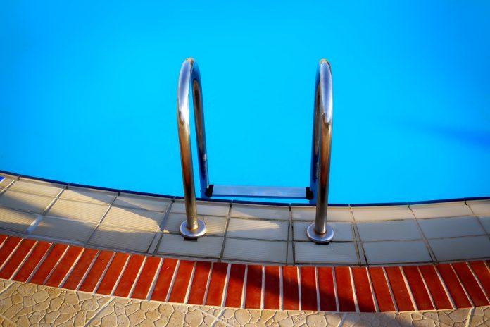 Symbolbild:Schwimmbad (pixabay/foetzfotos)
