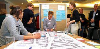 Die Teilnehmer besprachen ihre Ideen zur Gestaltung der Bornstraße an Themen-Tischen. Bild: Dortmund-Agentur / Gaye Suse Kromer