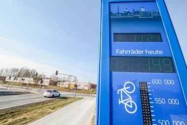Die neue Dauerzählstelle zeigt sowohl die Anzahl der Radfahrer am Tag als auch die Gesamtzahl im laufenden Monat an. Bild: Dortmund-Agentur / Roland Gorecki