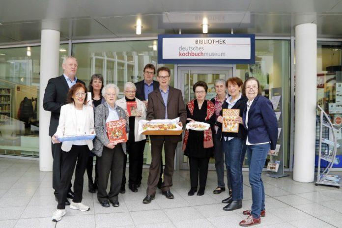 Kulturdezernent Jörg Stüdemann (1. hinten links) eröffnete am Dienstag, 13. März, das Kochbuchmuseum. Bild: Dortmund-Agentur / Gaye Suse Kromer