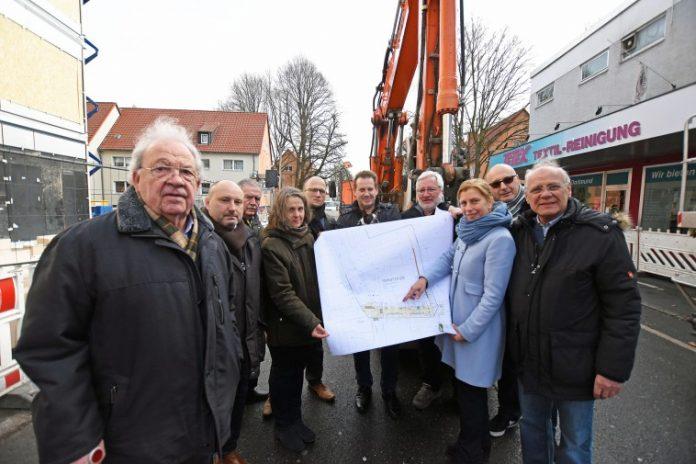 Bauleiterin Britta Leister (Mitte links) und Tiefbauamtsleiterin Sylvia Uehlendahl (Mitte rechts) stellten die Pläne vor. Bild: Dortmund-Agentur / Anja Kador