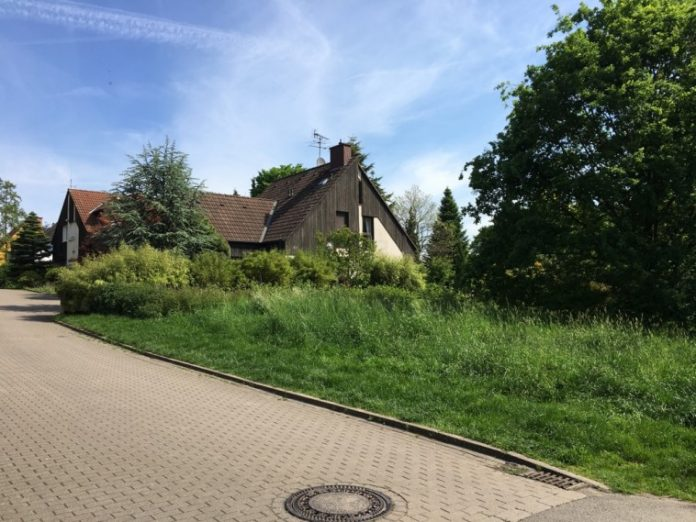 Die Mitte von NRW liegt auf dieser Wiese in Aplerbeck. Bild: Stadtbezirksmarketing Aplerbeck
