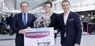 Flughafengeschäftsführer Udo Mager (links) und Guido Miletic (rechts) begrüßen Karina Grimm (Mitte) als zweimillionsten Fluggast am Dortmund Airport ©Dortmund Airport, Hans-Jürgen Landes.