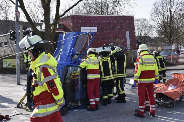 Die Retter bei der patientenorientierten Rettung der PKW-Fahrerin / Quelle: Polizei Dortmund