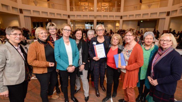 Der mit 1.500 Euro dotierte Preis geht in diesem Jahr an die Arbeitsgemeinschaft Dortmunder Frauenverbände. Bild: Dortmund-Agentur / Roland Gorecki